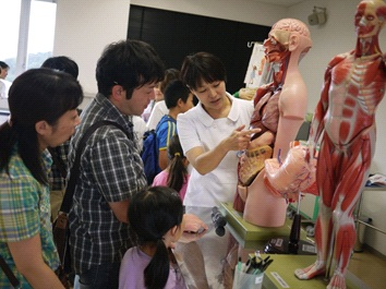 消化器についての質問に答える小手川助教