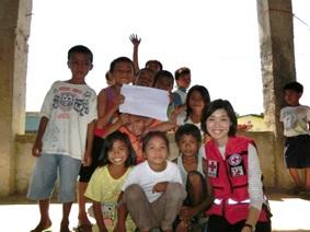 支援対象校の小学生との写真