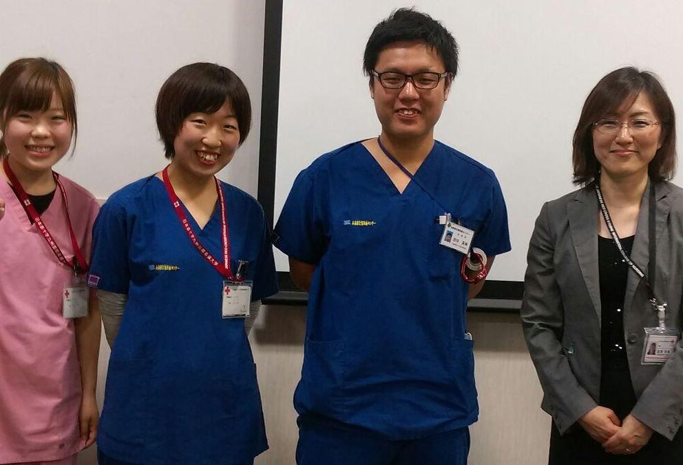 兵庫県災害医療センターで働く本学卒業生(田中英伸さん)と参加学生、引率教員