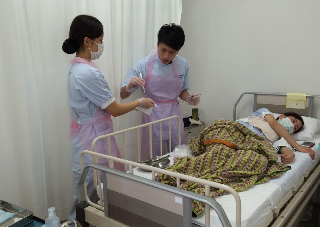 術後患者のガーゼ交換の様子