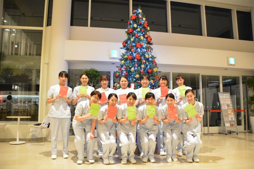 福岡赤十字病院のクリスマスツリー前にて集合写真