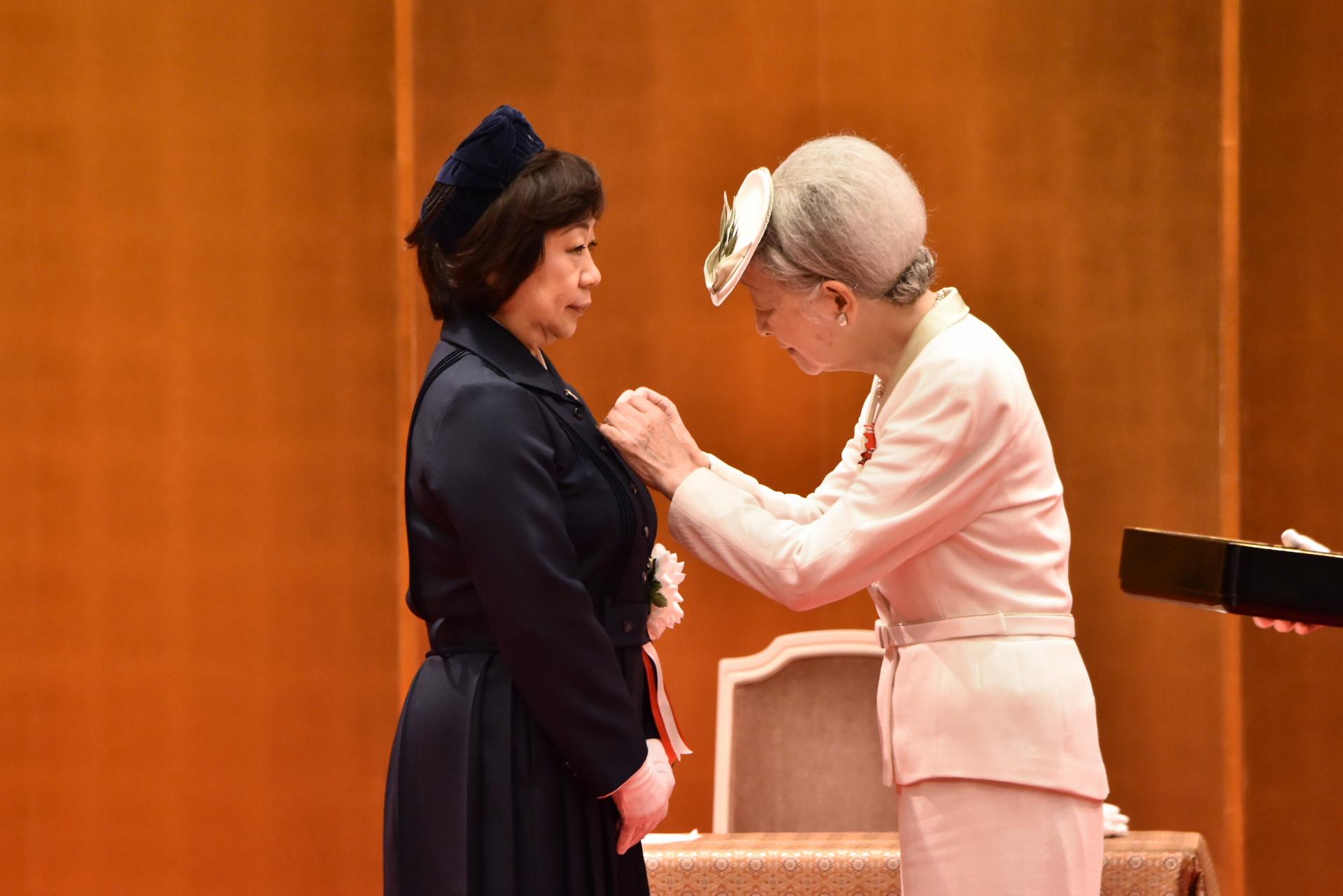 2017.08.07皇后陛下お手ずから、伊藤副院長に記章が授与されました